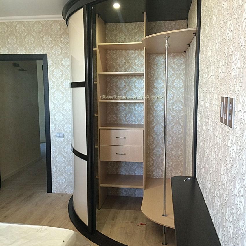 Угловой шкаф с дверьми купе